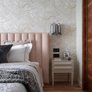 Стильный дизайн: спальня в современном стиле с бежевыми стенами, паркетным полом среднего тона и коричневым полом - последний тренд