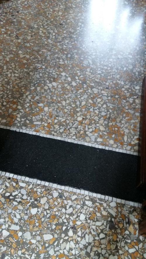 Pavimento in graniglia e arredamento moderno