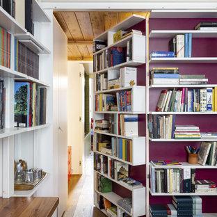 Idee per un soggiorno contemporaneo di medie dimensioni e aperto con libreria, pareti bianche, pavimento in legno massello medio, camino bifacciale, cornice del camino in mattoni, nessuna TV, pavimento beige, travi a vista e pannellatura