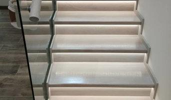 Лестница из дуба по стеклом