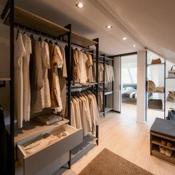 begehbare Ankleide in Dachschräge mit Handtaschenmodul