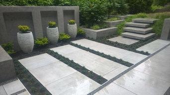 modern backyard, Terrasse mit Wasserfall, Bank, Pflanzkästen und Treppe