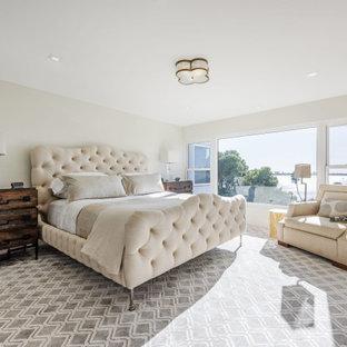 他の地域の広いトランジショナルスタイルのおしゃれな主寝室 (カーペット敷き、格子天井)