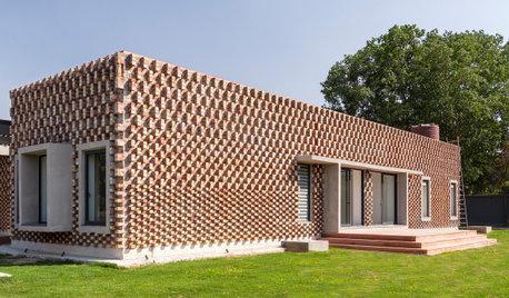 光と影の移り変わりを楽しむ、レンガ壁が美しいインドの週末住宅