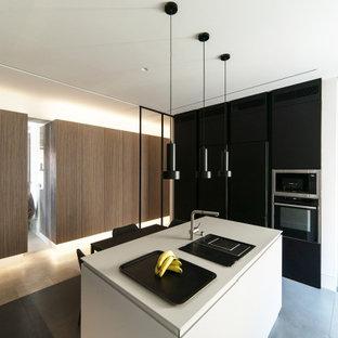 Diseño de cocina blanco y madera, moderna, grande, abierta, con fregadero encastrado, armarios con paneles empotrados, con blanco y negro, encimera de mármol, electrodomésticos con paneles, suelo de baldosas de porcelana, una isla, suelo gris y encimeras blancas