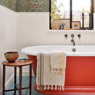 Пример оригинального дизайна: детская ванная комната среднего размера в стиле неоклассика (современная классика) с плоскими фасадами, отдельно стоящей ванной, инсталляцией, разноцветными стенами, деревянным полом, раковиной с пьедесталом, синим полом, нишей, тумбой под одну раковину, напольной тумбой и обоями на стенах