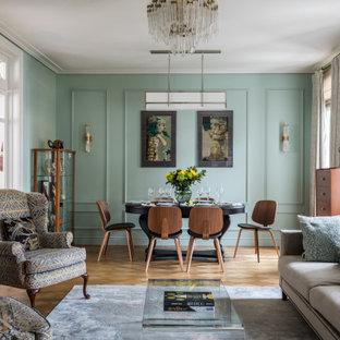 На фото: гостиная-столовая в классическом стиле с коричневым полом с