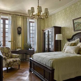 Свежая идея для дизайна: хозяйская спальня среднего размера в классическом стиле с зелеными стенами, паркетным полом среднего тона, коричневым полом и обоями на стенах без камина - отличное фото интерьера