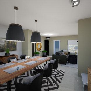 Inredning av en stor matplats med öppen planlösning, med beige väggar, vinylgolv, en öppen vedspis och beiget golv