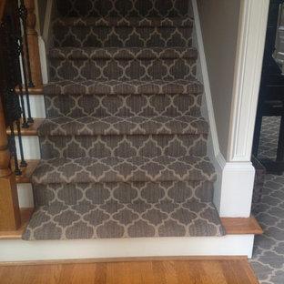 Diseño de escalera recta, tradicional, pequeña, con escalones de madera, contrahuellas de madera pintada y barandilla de varios materiales