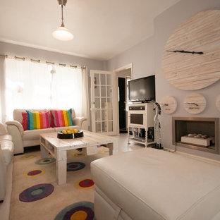 エセックスの小さいシャビーシック調のおしゃれな独立型リビング (リノリウムの床、据え置き型テレビ) の写真