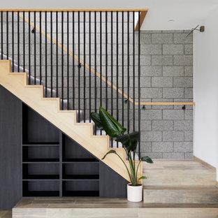 Mittelgroße Moderne Treppe in L-Form mit Teppich-Treppenstufen, Teppich-Setzstufen, Holzgeländer und Ziegelwänden in Melbourne