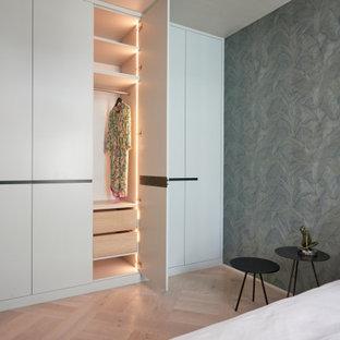 ハンブルクの中くらいのコンテンポラリースタイルのおしゃれな主寝室 (緑の壁、淡色無垢フローリング、ベージュの床、壁紙、白い天井) のインテリア