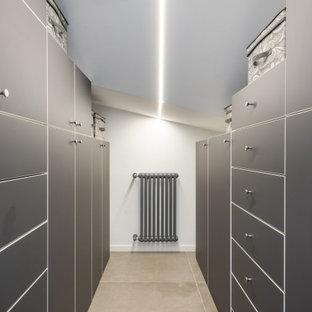 Ispirazione per una piccola cabina armadio unisex moderna con ante lisce, ante grigie, pavimento in gres porcellanato, pavimento grigio e soffitto ribassato