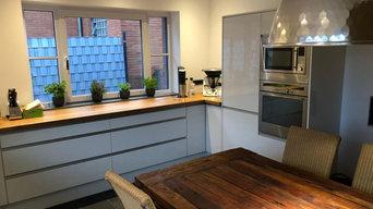 Einbauküche in Weiß hochglanz mit Griffschienen und Massivholz-Arbeitsplatte