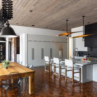 Ispirazione per una grande sala da pranzo aperta verso la cucina stile rurale con pareti bianche, pavimento in terracotta, pavimento arancione e soffitto in legno