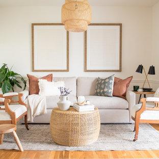 Esempio di un soggiorno costiero di medie dimensioni e chiuso con pareti bianche, pavimento in legno massello medio, camino classico, cornice del camino in mattoni, TV a parete, pavimento marrone e pareti in legno