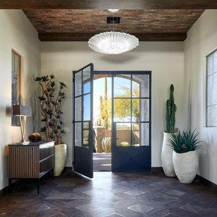 Inspiration för stora amerikanska foajéer, med vita väggar, en dubbeldörr och en svart dörr