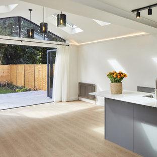 Idee per un soggiorno chic di medie dimensioni e aperto con pareti bianche, pavimento in vinile e pavimento beige