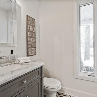 Пример оригинального дизайна: маленький туалет в стиле кантри с фасадами в стиле шейкер, серыми фасадами, раздельным унитазом, белыми стенами, полом из мозаичной плитки, врезной раковиной, мраморной столешницей, разноцветным полом, разноцветной столешницей и подвесной тумбой