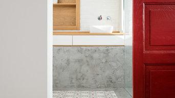 Baño con Baldosa Hidráulica, Microcemento y Puerta Roja