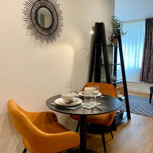 Foto på en liten funkis matplats, med blå väggar, laminatgolv och orange golv