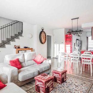 Esempio di un soggiorno chic aperto con pareti bianche, pavimento in legno massello medio e pavimento marrone