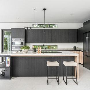 マイアミの中くらいのコンテンポラリースタイルのおしゃれなキッチン (シングルシンク、フラットパネル扉のキャビネット、黒いキャビネット、オニキスカウンター、ベージュキッチンパネル、大理石のキッチンパネル、黒い調理設備、セラミックタイルの床、グレーの床、ベージュのキッチンカウンター) の写真