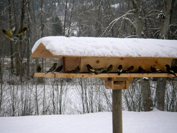 Traditional  Snowy Bird Feeder