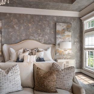 ヒューストンの大きい地中海スタイルのおしゃれな主寝室 (ベージュの壁、無垢フローリング、標準型暖炉、漆喰の暖炉まわり、茶色い床) のインテリア