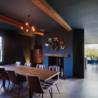 Idéer för stora funkis matplatser med öppen planlösning, med blå väggar, en öppen vedspis och beiget golv