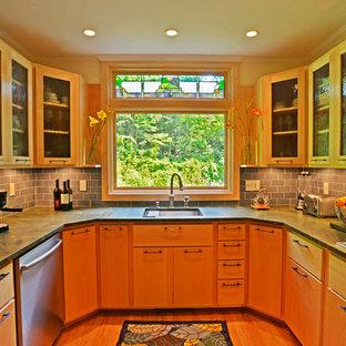 ボストンの中サイズのエクレクティックスタイルのおしゃれなキッチン (シングルシンク、フラットパネル扉のキャビネット、中間色木目調キャビネット、ソープストーンカウンター、グレーのキッチンパネル、石タイルのキッチンパネル、シルバーの調理設備の、無垢フローリング、アイランドなし、茶色い床、グレーのキッチンカウンター) の写真