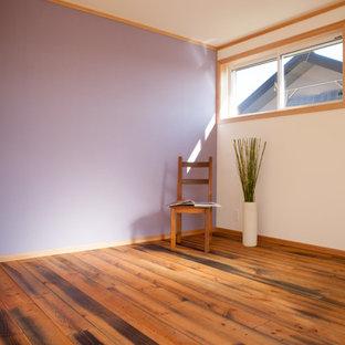 横浜の広いラスティックスタイルのおしゃれな主寝室 (濃色無垢フローリング、茶色い床、クロスの天井、壁紙、ベージュの天井) のレイアウト