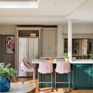 Свежая идея для дизайна: маленькая кухня-гостиная с накладной раковиной, фасадами с утопленной филенкой, бирюзовыми фасадами, столешницей из кварцита, фартуком цвета металлик, зеркальным фартуком, техникой из нержавеющей стали, паркетным полом среднего тона, полуостровом, коричневым полом, белой столешницей, многоуровневым потолком и правильным освещением - отличное фото интерьера