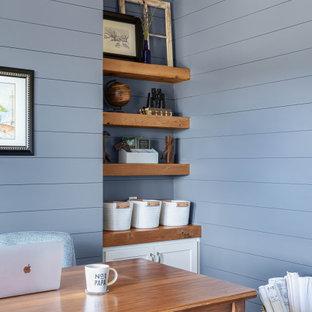 オースティンの中くらいのビーチスタイルのおしゃれな書斎 (青い壁、無垢フローリング、暖炉なし、自立型机、茶色い床、表し梁、塗装板張りの壁) の写真