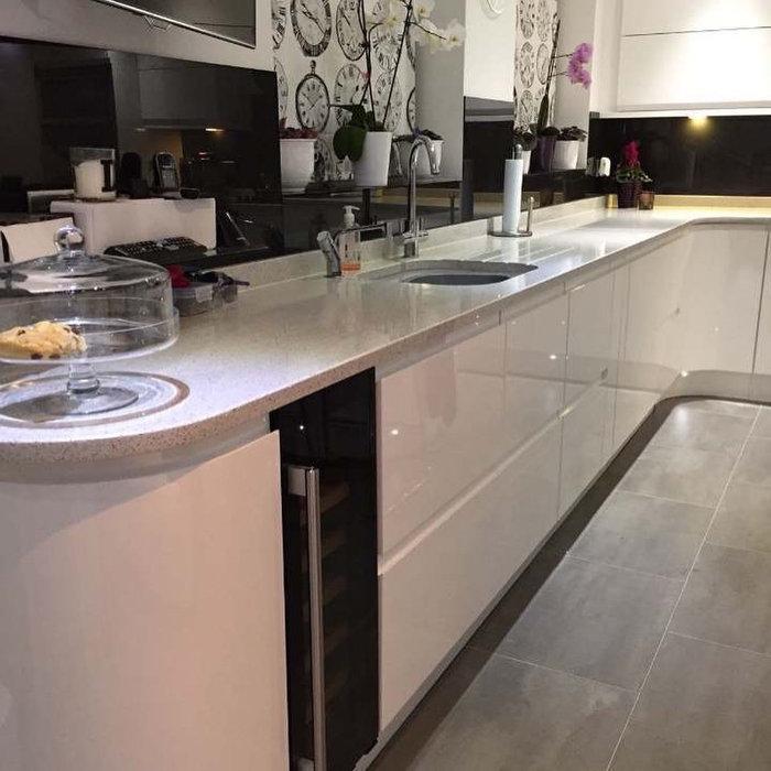 Gorgeous white gloss handless kitchen