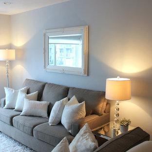 Diseño de salón para visitas abierto, romántico, de tamaño medio, sin chimenea y televisor, con paredes grises y suelo de madera en tonos medios