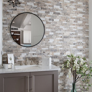Bild på ett mellanstort amerikanskt flerfärgad flerfärgat badrum med dusch, med skåp i shakerstil, bruna skåp, en toalettstol med separat cisternkåpa, brun kakel, porslinskakel, beige väggar, klinkergolv i porslin, ett undermonterad handfat, bänkskiva i kvarts och brunt golv