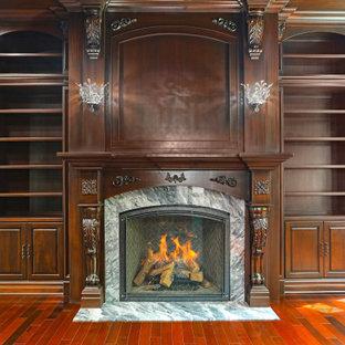 Inspiration för ett stort vintage arbetsrum, med ett bibliotek, bruna väggar, klinkergolv i keramik, en standard öppen spis, en spiselkrans i trä och flerfärgat golv