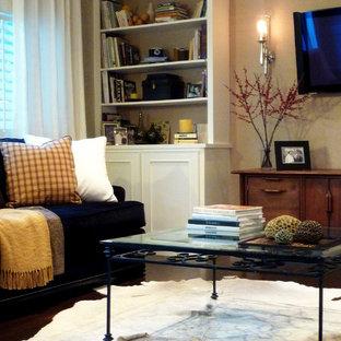 Modelo de salón de estilo de casa de campo, de tamaño medio, con paredes marrones, suelo de madera oscura, televisor colgado en la pared y suelo marrón
