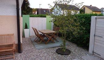 Vorgarten mit farbigem Holzzaun und Terrasse