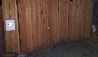 Double swinging driveway gate