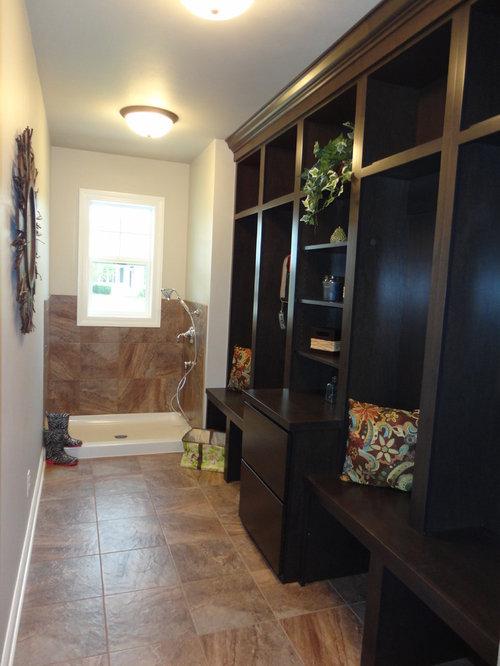 buanderie de taille moyenne avec des portes de placard en bois sombre photos et id es d co de. Black Bedroom Furniture Sets. Home Design Ideas
