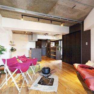 東京23区のラスティックスタイルのおしゃれな主寝室 (白い壁、無垢フローリング、ベージュの床、表し梁、壁紙、間仕切りカーテン、グレーの天井)