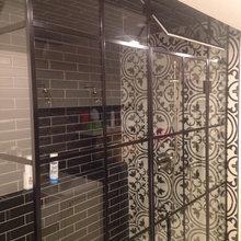 Douche en verre avec cadre noir