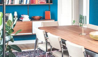 Wohnzimmer mit Holztisch