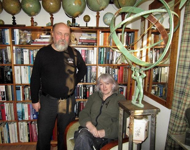 Houzz Tour: Tavlor i taket och träd i hallen hos Christine i Hjo