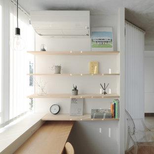 東京都下の小さいモダンスタイルのおしゃれな書斎 (白い壁、無垢フローリング、造り付け机、グレーの天井) の写真