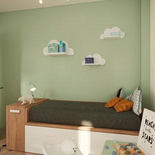 Idee per una piccola cameretta per bambini da 1 a 3 anni moderna con pareti verdi, pavimento in legno massello medio e pavimento marrone