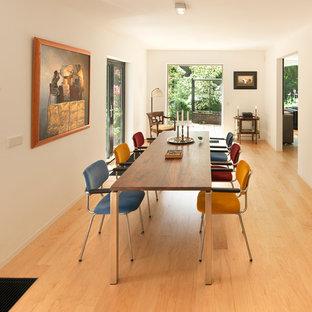 Foto di un soggiorno bohémian di medie dimensioni e aperto con pareti bianche, parquet chiaro e nessuna TV
